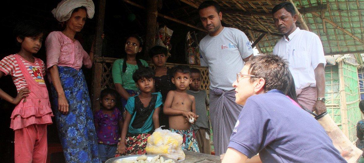 La Coordinatrice adjointe des secours d'urgence des Nations Unies, Ursula Mueller, dans un camp de déplacés à Sittwe, dans l'Etat de Rakhine, dans le nord du Myanmar.