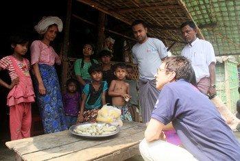 مساعدة الأمين العام للشؤون الإنسانية أورسولا مولر أثناء زيارة ولاية راخين في ميانمار.