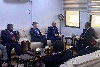 El secretario general adjunto de operaciones de mantenimiento de la paz, Jean-Pierre Lacroix (centro-izq.), y el comisionado de la Unión Africana para la Paz y la Seguridad, Smail Chergui (centro-dcha), en Jartum.