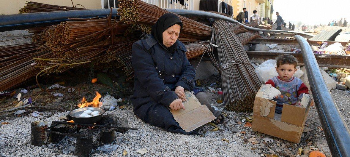 Esta mãe é uma deslocada interna síria e sua família foi forçada a fugir devido aos bombardeios em Ghouta Oriental