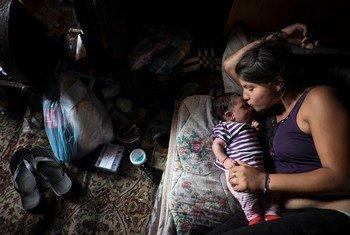 Une femme rom se repose avec son enfant. La communauté rom en Ukraine a fait l'objet d'une série d'attaques violentes depuis avril 2018.