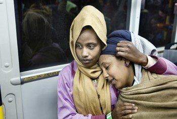 Deux femmes d'Erythrée faisant partie d'un groupe de réfugiés évacués de Libye vers l'Italie en décembre 2017.
