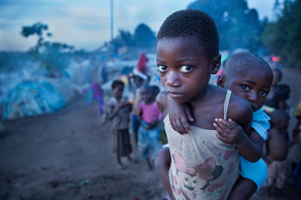 Msichana akiwa amembeba mdogo wake katika mji wa Kalemie, jimbo la Tanganyika,DRC
