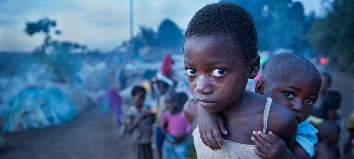 Une jeune fille et sa petite sœur dans un camp de fortune à Kalemie, dans la province du Tanganika (photo d'archive) L'est de la RDC est touché par une nouvelle vague de violences contraignant des milliers de civils à fuir leur foyer.