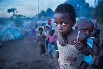 Une fillette et sa petite sœur dans un camp de fortune à Kalemie, dans la province du Tanganika (photo d'archives).