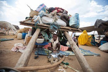 امرأة  وطفلتها في مخيم السلام للنازحين بعد فرارهما مع الآلاف من العنف في دارفور.
