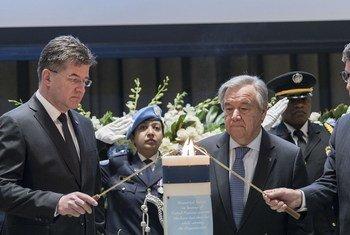 الأمين العام أنطونيو غوتيريش (وسط) يشارك في فعالية تكريم موظفي الأمم المتحدة الذين فقدوا حياتهم أثناء أداء الخدمة.
