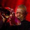 南非小号手休·马斯凯拉(Hugh Masekela) 在纽约联合国总部举行的首届国际爵士日音乐会上演出。