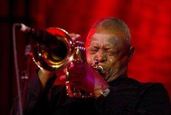 Kutoka Maktaba: Hugh Masekela akitumbuiza katika uzinduzi wa siku ya kimataifa ya Jazz kwenye makao makuu wa Umoja wa Mataifa New York, 30 Aprili 2012