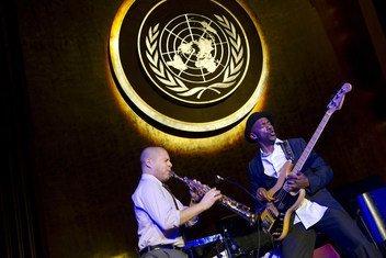 من الارشيف: ماركوس ميلر (يمين)، فنان اليونسكو من أجل السلام، يقدم عرضا في الجمعية العامة في اليوم الدولي لإحياء ذكرى ضحايا الرق وتجارة الرقيق عبر المحيط الأطلسي في 22 مارس 2013.