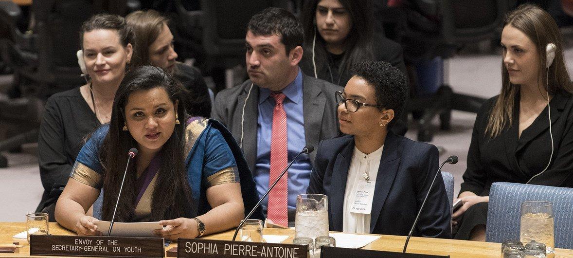 L'Envoyé de l'ONU pour la jeunesse, Jayathma Wickramanayake (à gauche), devant le Conseil de sécurité.