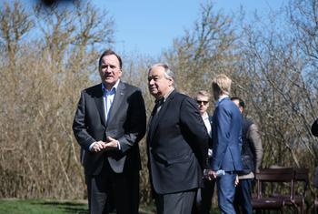 联合国秘书长古特雷斯在与安理会成员举行年度务虚会时与瑞典首相勒文在一起。