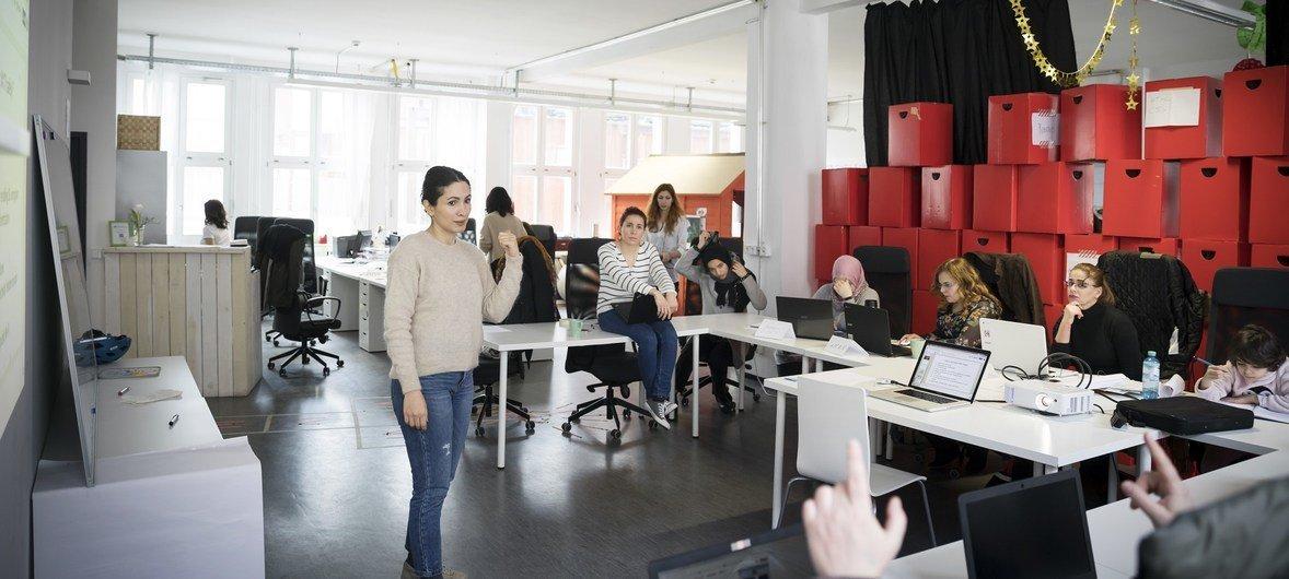 Nastaran Fekri y Rita Butmann ofrecen un taller de informática para refugiados en la escuela ReDI de Berlín.