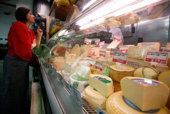 一位顾客在罗马的一个食物摊选购芝士。