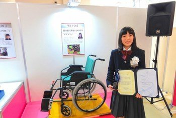 La estudiante de bachillerato Nanako Wachi, inventora de una nueva silla de ruedas que se desplaza fácilmente por las escaleras recibió un Premio de la OMPI por su invento.