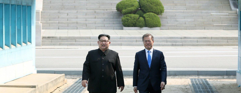 韩国总统文在寅(右)和朝鲜最高领导人金正恩(左)2018年4月27日在板门店会晤。