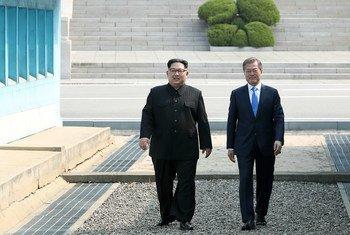 韩国总统文在寅(右)和朝鲜最高领导人金正恩在板门店。 (资料图片)