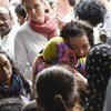 安理会代表团前往孟加拉国考克斯巴扎地区,视察当地罗兴亚难民的处境。图为英国常驻联合国代表拥抱一位罗兴亚妇女。