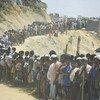 联合国安理会于今年4月29日访问位于孟加拉国的考克斯巴扎难民营时,成千上万的罗兴亚难民聚集在路边,许多人手持标语,表示希望得到公正对待,并列出了自愿返回若开邦的条件。