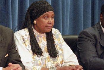 南非反种族隔离政策的领袖人物温妮·曼德拉1996年在联合国总部举行记者会。