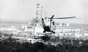 На борту этого вертолета - эксперты, направляющиеся на оценку повреждений ядерного реактора после аварии на чернобыльской атомной электростанции