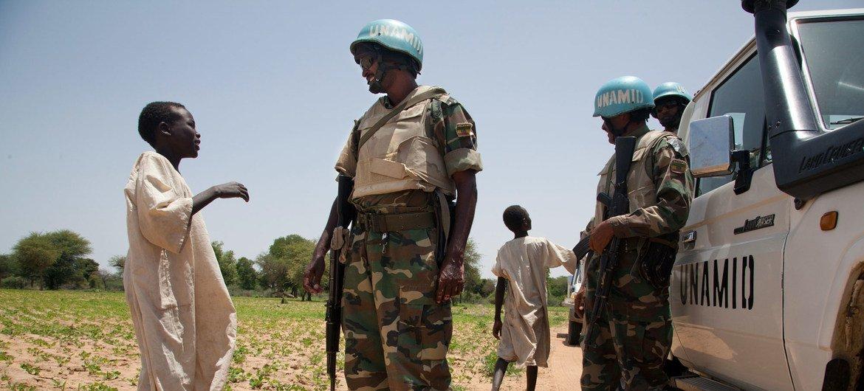 صبيان يتحدثان إلى جنودمن بعثة يوناميد في منطقة قريضة بجنوب دارفور (أرشيف)