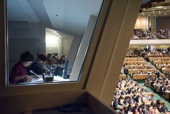 2016年9月20日,联合国总部,71届联大一般性辩论;照片中人物左起:联合国中文口译员林华、徐漾。