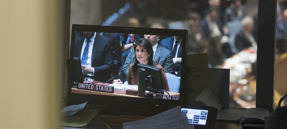 Nikki Haley (na tela), embaixadora dos Estados Unidos na ONU, durante reunião do Conselho de Segurança