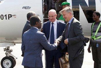 Le Secrétaire général aux opérations de maintien de la paix, Jean-Pierre Lacroix (à droite), et le Commissaire de l'Union africaine pour la paix et la sécurité, Smaïl Chergui (au centre), sont accueillis à leur arrivée à l'aéroport de Bangui, en RCA.