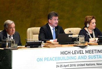 Le Président de l'Assemblée générale Miroslav Lajčák préside une réunion sur la consolidation de la paix. A ses côtés, le Secrétaire général de l'ONU António Guterres et Catherine Pollard, Secrétaire générale adjointe chargée de gérer les conférences.