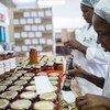 Trabalhadoras colocam rótulos em embalagens em Manzini, na Swazilândia.