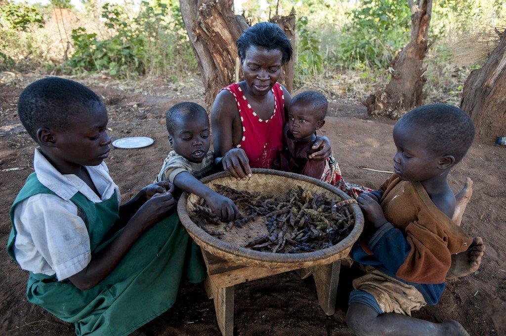 Familia ikipata mlo wao wa kila siku nyumbani kwao wilaya ya Balaka nchini Malawi (Juni 2016)