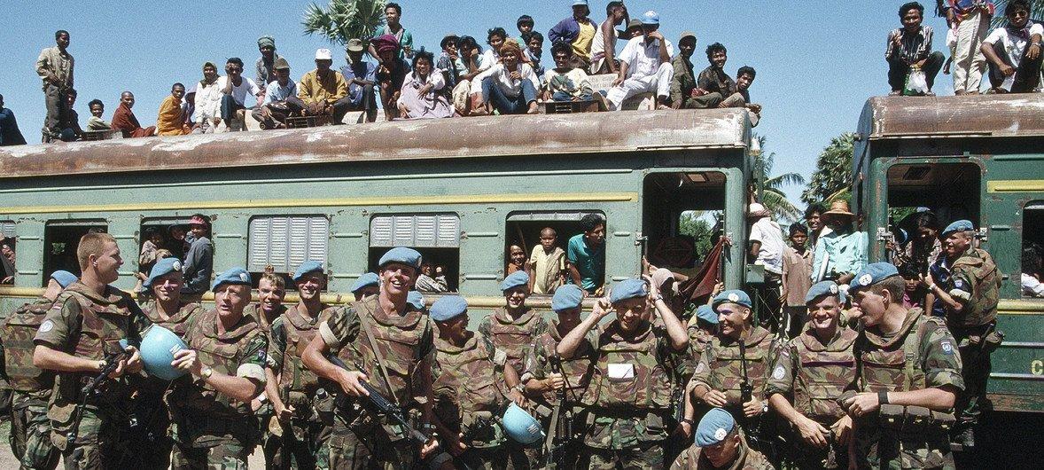 Tropas holandesas da ONU no Camboja em maio de 1993