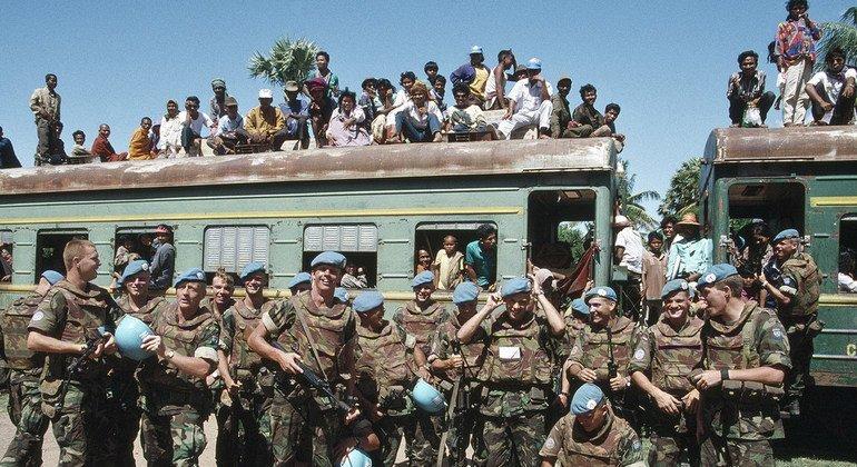 1993年5月,联合国柬埔寨过渡权力机构的荷兰部队护送一列载有从泰国难民营返回柬埔寨的难民的火车。