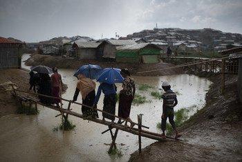 Des réfugiés rohingyas affrontant la pluie dans le camp de Balukhali, dans le district de Cox's Bazaar, au Bangladesh, en mai 2018.