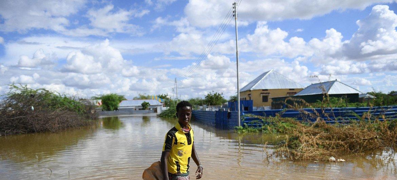 Un jeune homme marche dans une zone résidentielle inondée à Belet Weyne, en Somalie, le 30 avril 2018.