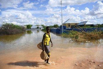 Kijana akipitia maeneo yaliyokumbwa na mafuriko katika mji wa Belet Weyne Somalia.