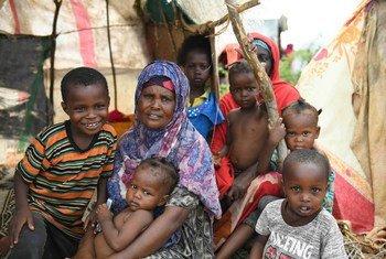 Mama mmoja akiwa na watoto wake akiwa amekaa nje ya makazi yake ya muda nje ya mji wa Belet Weyne Somalia