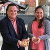 Karina Pinasco y Miguel Tang muestran productos con sabor a conservación.