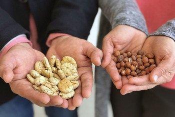Miguel Tang (gauche) and Karina Pinasco montrent des produits de la région Amazone au Pérou