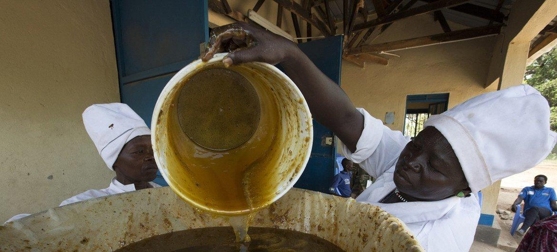 مجموعة من نساء وولو يحضرن العسل بالطريقة التقليدية
