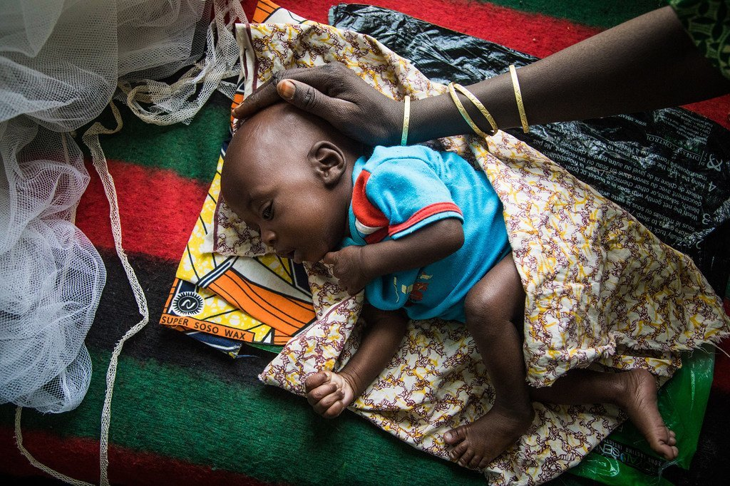 Une mère caresse la tête de son bébé mal nourri au centre pour la mère et l'enfant de la ville de Diffa, au Niger (archives)