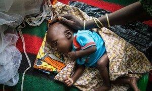 Mãe cuida do seu bebé em Diffa, Niger.