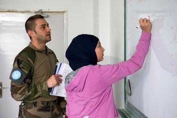 Un soldado de paz francés con UNIFIL conversa con los estudiantes durante las clases de francés en la escuela pública Burj Qalaway, en el sur del Líbano, en 2013.