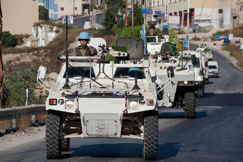 حفظة سلام إندونيسون وفرنسيون في دورية مشتركة على طول الخط الأزرق، جنوب لبنان، عام 2013.