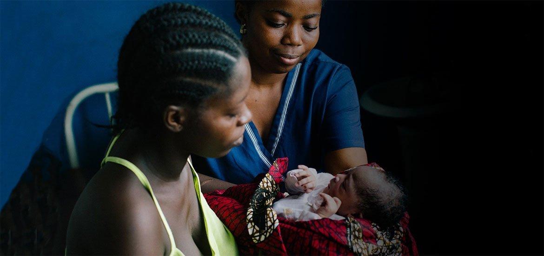 Mama Bendu akipokea mwanae waliyezaliwa kutoka kwa mkunga kituo cha Sinje nchini Liberia.