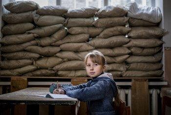 Дети на востоке Украины вынуждены жить и учиться под пулями и на заминированных территориях