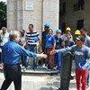 El Secretario General, António Guterres, saluda a trabajadores de la construcción en La Habana, en Cuba, durante una visita al país en mayo de 2018.