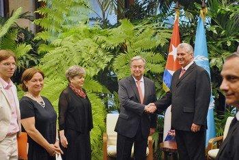 António Guterres katikati akiwa na vigogo mbalimbali Cuba kabla ya kuelekea Vienna Austria.
