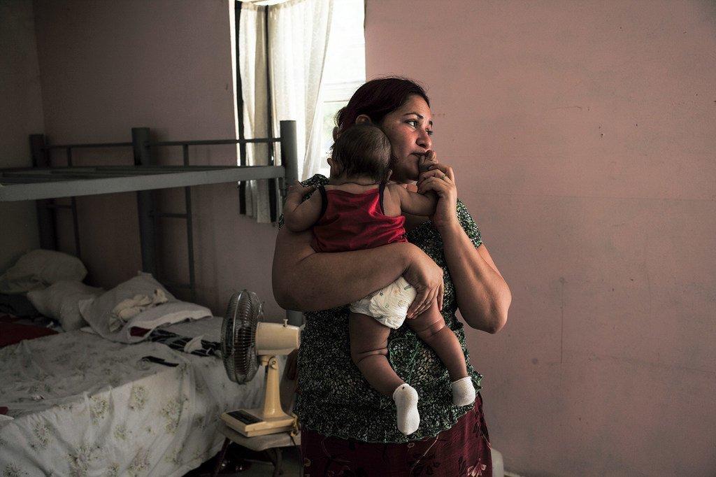 Une réfugiée hondurienne et son bébé de 4 mois à Reynosa, ville mexicaine frontalière des Etats-Unis. Le HCR est préoccupé par la nouvelle règle interdisant l'asile à la majorité des personnes traversant la frontière terrestre au sud des États-Unis.